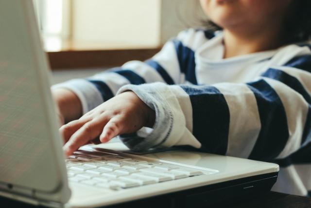 オンライン英会話中の子ども